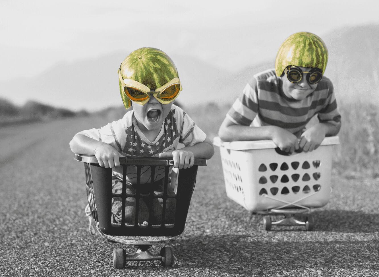 enfants qui jouent à l'aviateur